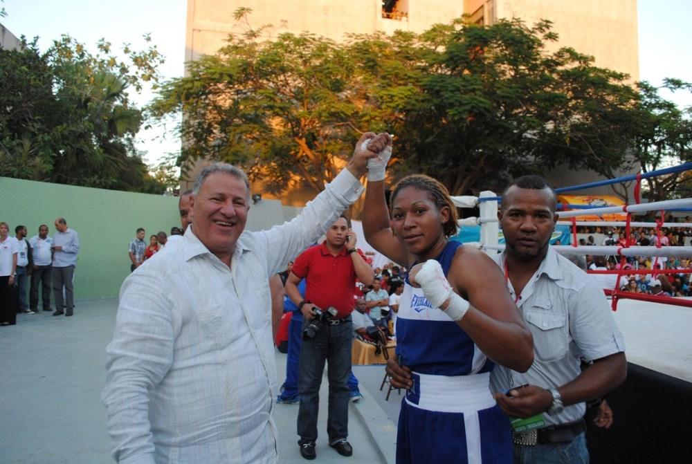 Foto Gilberto Serulle levanta la mano a una boxeadora.