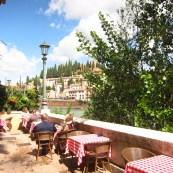esplanada de restaurante à margem do Rio Adige