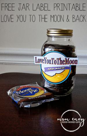 Free mason jar gifts. Moon Pie mason jar wrap from Mom Envy.