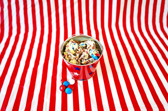 White Chocolate Pretzel Bark. Patriotic dessert. Candy bark. Patriotic Bark. Candy Bark.Mom Envy.