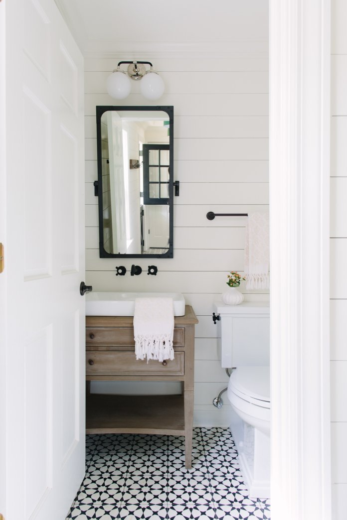 DIY Bathroom Remodel Inspiration photo. Beautiful farmhouse bathroom ideas. #farmhouse #farmhousebathroom