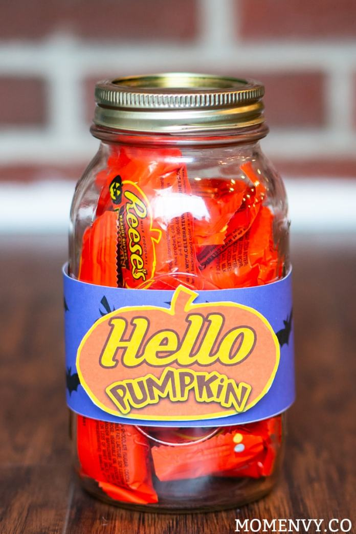 Hello Pumpkin - Reeses Gift - Download this free Hello Pumpkin printable and add some Reese's pumpkins (or other pumpkin treats) for an adorable fall gift idea. #fallinspiration #freeprintable