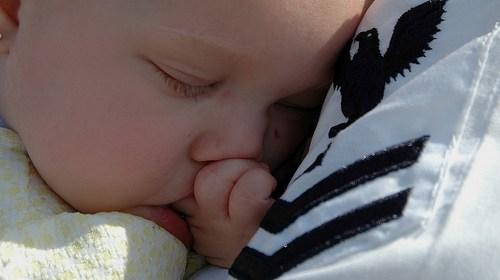 新生兒怎麼抱?正確抱嬰兒的方式 1