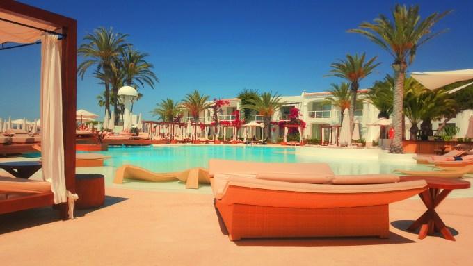 resort-918952_1920