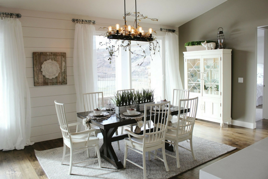 Industrial lighting. Farmhouse dining room. Parade of homes 2017 tour. Young mom's look at the st george parade of homes. 2017 Parade of homes.