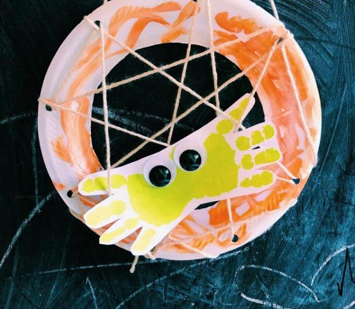 How to make a handprint spider in plate web with googly eyes. Easy and cheap!