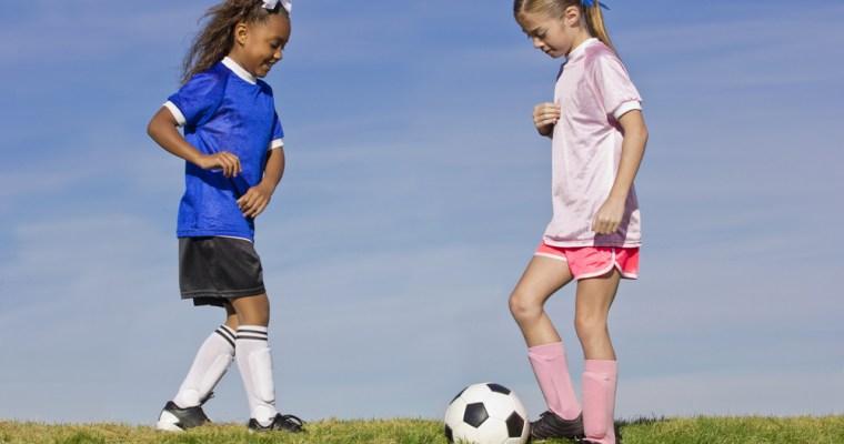 5 redenen waarom meiden op voetbal zouden moeten gaan