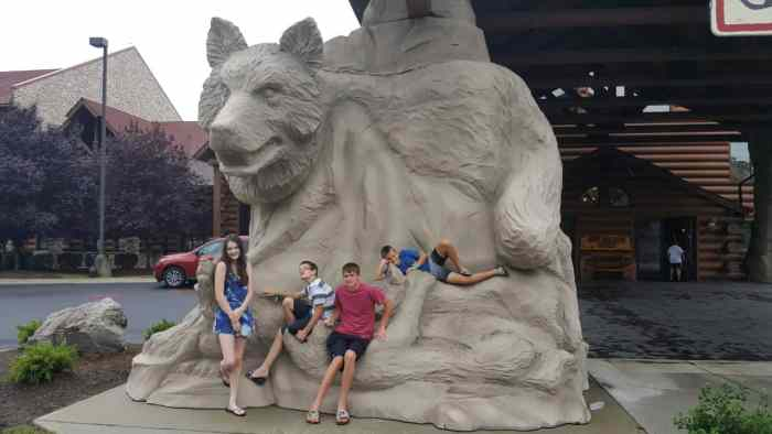 great wolf lodge williamsburg wolf statue