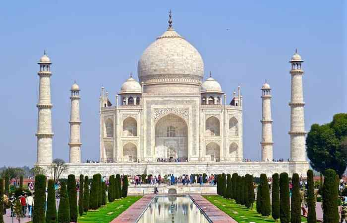 The Taj Mahal is a beautiful white building locating on the south bank of the Yamuna river in the Indian city of Agra.