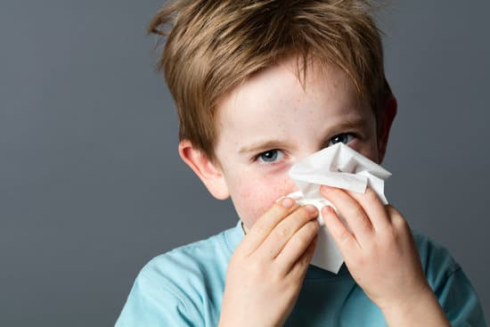 Hay fever or a cold? These two conditions are easy to confuse because they share some symptoms. Here's how to tell which is which.