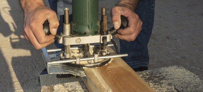 Wood router curve carves a piece of wood