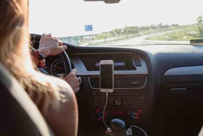 6 Dangerous Driving Mistakes Moms Make