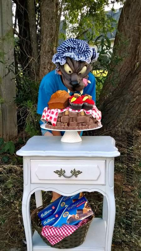 drooling-wolf-over-red-riding-hoods-cake-449x800