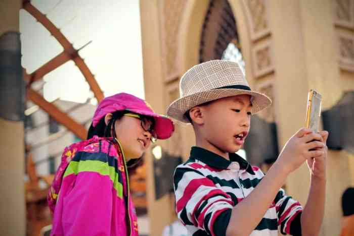 kids using smartphone