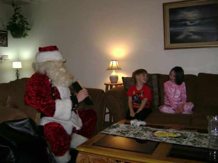 santa-claus-reads-with-the-kids