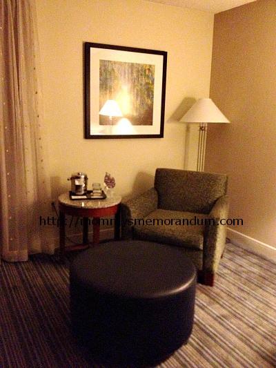 sheraton kansas city sitting area in room
