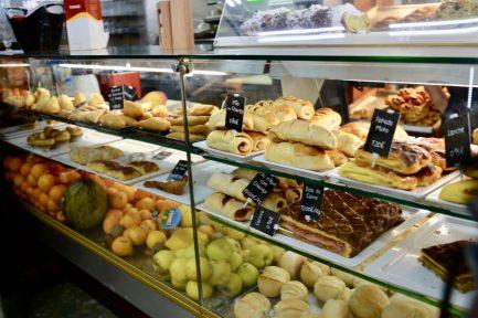 コンフェイタリアのショーケースに並ぶパン-1