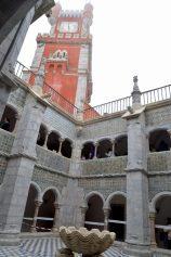 ペーナ宮殿の回廊から時計塔を見上げる