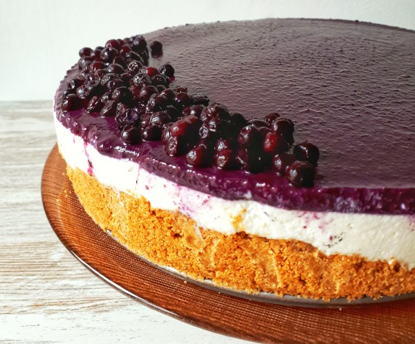 This raw vegan blueberry cheesecake is absolutely delicious and irresistible! It´s totally healthy, sugar-free and makes just a perfect dessert for any occasion!