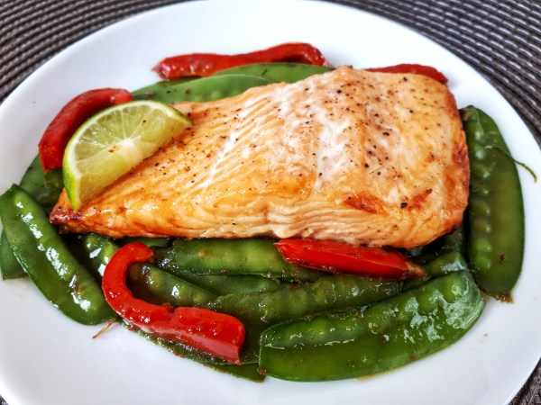 This delicious baked salmon is a simple recipe that makes a perfect keto, low carb, glúten-free, dairy free meal. And it takes only 25 minutes to make!