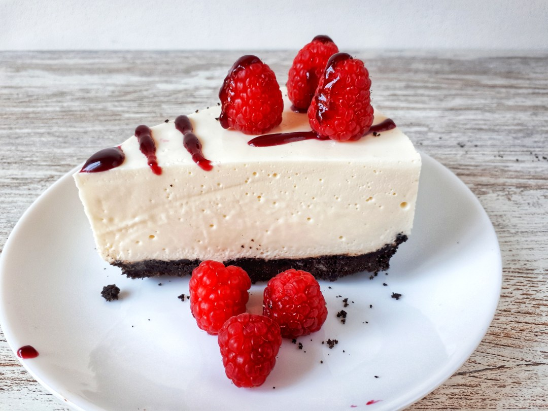 This no-bake cheesecake made with white chocolate and raspberries is smoth and creamy and you don´t need to turn on the oven. So it is a perfect dessert for summer days.