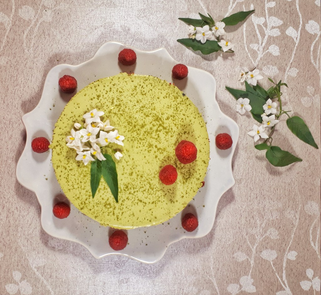 Christmas matcha mousse cake is agorgeous three-layer cake made with matcha and vanilla mousse, all on a keto red velvet cake. It´s totally a show stopper for yourholidays. #christmas #christmasdesserts