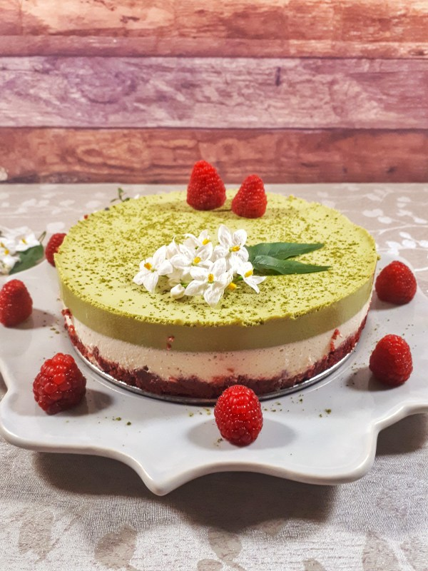 Christmas matcha mousse cake is a gorgeous three-layer cake made with matcha and vanilla mousse, all on a keto red velvet cake. It´s totally a show stopper for your holidays.
