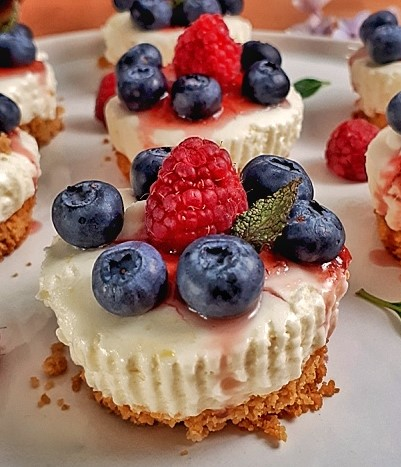 These keto mini cheesecakes are creamy and delicious. This easy, low carb, gluten-free and sugar-free cheesecake recipe is irresistible!