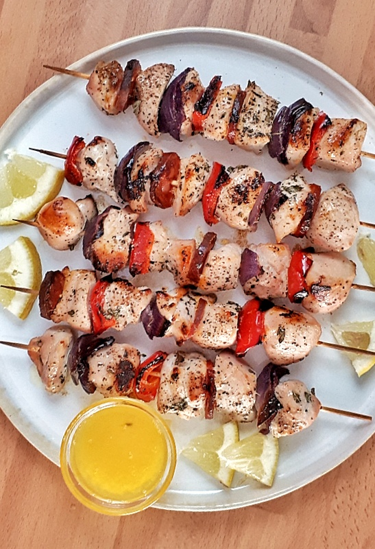 These chicken kebabs are soaked in a fresh lemon pepper marinade. You can make them in the grill or in the oven. It's a delicious keto dinner. #ketorecipe