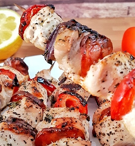 These chicken kebabs are soaked in a fresh lemon pepper marinade. You can make them in the grill or in the oven. It's a delicious keto dinner.
