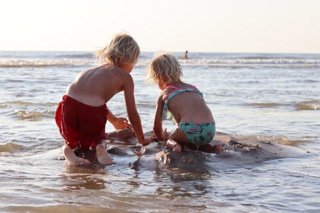 Sandra van der Zwet - Daan en Isa genieten van de zee