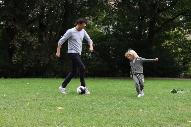 Sandra van der Zwet - Vader en zoon voetballen in het Vondelpark