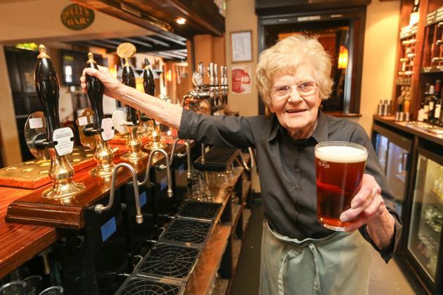 barmaid plus vieille du monde