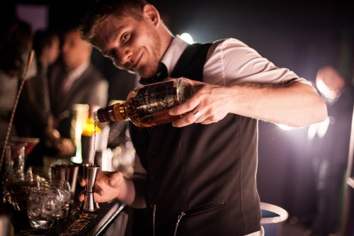 capter attention barman