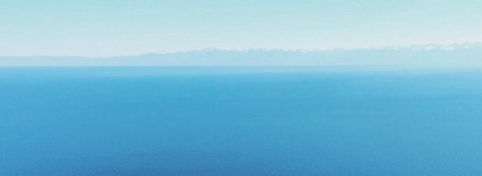 Ocean bleu ciel montagnes