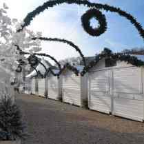 Les chalets blancs attendent l'ouverture du Marché de Noël des Invalides