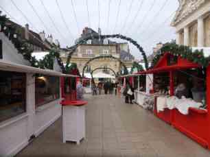 Les chalets rouges et blancs du Marché de Noël de Dijon