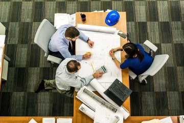 Une conduite de réunion de travail à 3 personnes