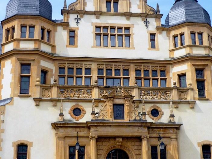 La façade principale magnifiquement ornée du Palais du Gouverneur © French Moments