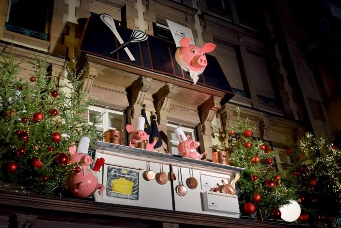 La décoration de Noël sur la façade de la boucherie Porcus © French Moments