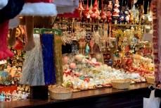 Décorations de Noël au marché de Noël de Strasbourg (Christkindelsmärik) © French Moments