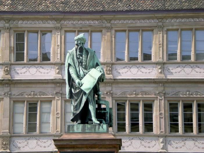 D couvrir la place gutenberg strasbourg mon grand est for Chambre de commerce et d industrie strasbourg