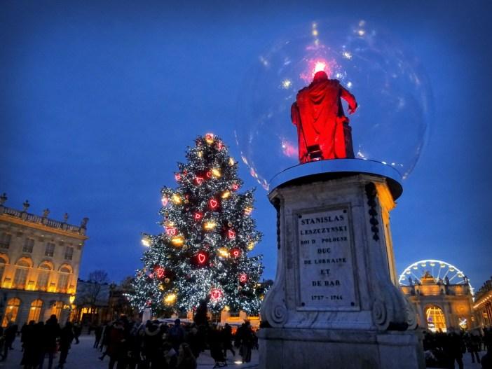 Stanislas dans sa boule de Noël (édition 2019) © French Moments