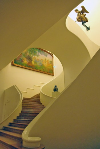 Le grand escalier du musée, photo par French Moments
