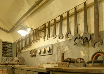Atelier de réparation électro-mécanique dans le Schoenenbourg © Thomas Bresson - licence [CC BY 3.0] from Wikimedia Commons