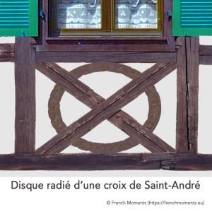 Allège d'une fenêtre. Disque radié d'une croix de Saint-André, maison alsacienne © French Moments