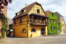 Maison alsacienne avec balcon à Bergheim © French Moments