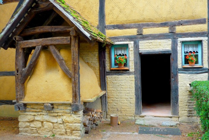 Four à pain d'une maison remontée à l'Ecomusée d'Alsace © French Moments