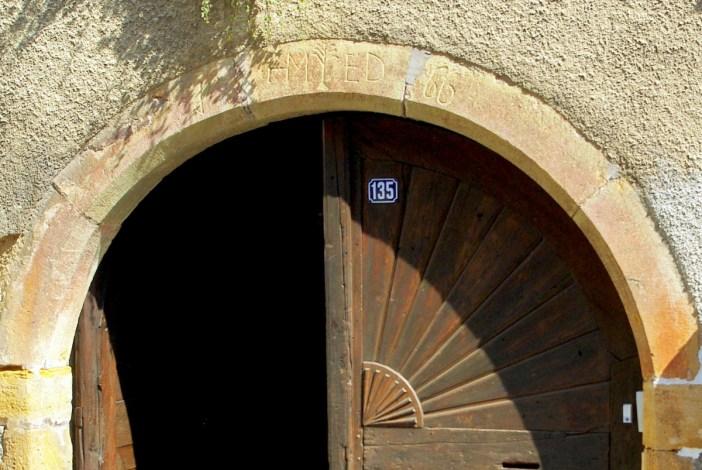 Inscription sur la clef de voûte d'une porte cochère à Niedermorschwihr © French Moments