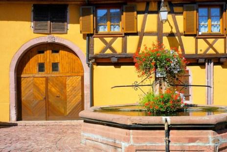 Porte cochère et fontaine publique à Saint-Hippolyte © French Moments